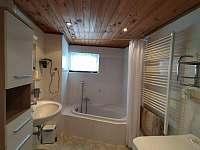 Prostorná koupelna s vanou - Bedřichov