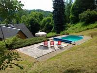 Pohled na bazen a na udoli - chalupa k pronajmutí Desná