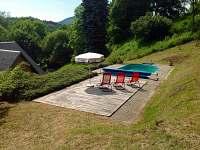 Pohled na bazen - chalupa ubytování Desná