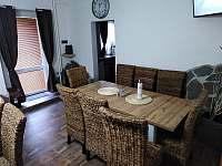 Společenská místnost / jídelna - chata ubytování Albrechtice v Jizerských horách