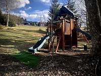 Dětské hrací centrum na zahradě - apartmán k pronájmu Příchovice u Kořenova