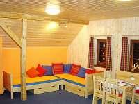 dětský čtyřlůžkový pokoj s TV, fotbálkem a houpačkou