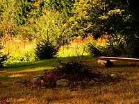 Ohniště na zahrade - pronájem apartmánu Příchovice u Kořenova