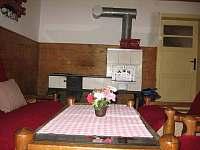Kuchyně s kachlovou pecí - chalupa ubytování Český Šumburk