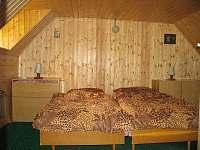 Pokoj v podkroví obložený dřevem - pronájem chalupy Český Šumburk