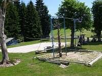 Herní prvky pro děti i s pískovištěm.