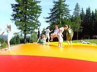 Možnost využití nafukovacích trampolín a spousty dalších aktivit.