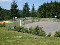 Venkovní hřiště -vhodné na míčové hry .