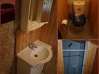 Koupelna se sprchou, toaletou a umývadlem