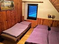Ložnice se třemi lůžky a vestavěnou skříní
