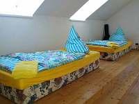 Obytná ložnice v patře - chalupa k pronájmu Jablonné v Podještědí - Pole