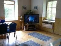 obývací pokoj s jídelním koutem - pronájem chalupy Jablonné v Podještědí - Pole