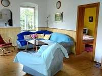 obývací pokoj s kuchyňským koutem - chalupa k pronajmutí Jablonné v Podještědí - Pole