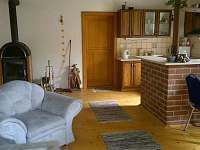 obývací pokoj s kuchyňským koutem - chalupa k pronájmu Jablonné v Podještědí - Pole