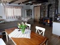Jídelní kout+obývací pokoj - chata k pronajmutí Janov nad Nisou