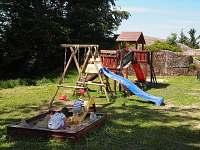 blízko chaty dětské hřiště s trampolínou - k pronájmu Albrechtice v Jizerských horách
