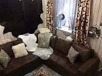 Chata u Jelenů - obývací místnost okno - k pronajmutí Jiřetín pod Bukovou