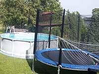 Bazen a trampolina - chalupa ubytování Hejnice - Ferdinandov