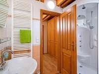 Koupelna na Bramberku se sprchovým masážním koutem a WC