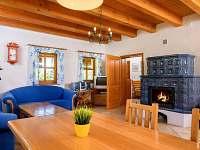 Obývací pokoj s kachlovými kamny | Chalupa Amálka