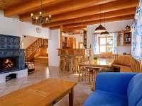 Obývací pokoj s kachlovými kamny | Chalupa Amálka Jizerské hory