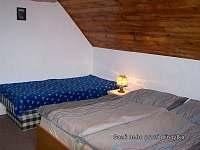 1. přistýlka nebo gauč
