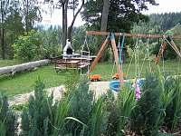 Zahradní krb a grilovací stůl