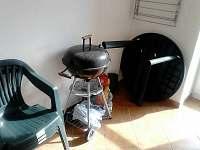 Nábytek + gril pro příjemné dny na terase v létě i v zimě