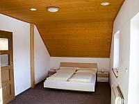 1. ložnice s balkonem (postel 180 cm) - pronájem chalupy Tanvald