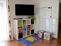 Dětský koutek v obývacím pokoji - chalupa k pronájmu Tanvald