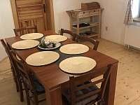 jídelní stůl v kuchyni - pronájem chalupy Tanvald
