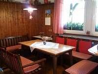 Jídelní stůl v kuchyni - pronájem chalupy Příchovice