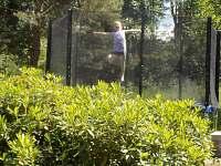 Trampolína - pohled z terasy - pronájem chalupy Příchovice