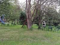 Zahrada s kamenným grilem - ubytování Bedřichov