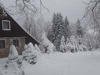 Zimní pohled se zahradou - Bedřichov
