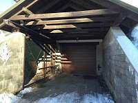 Vjezd podzemní garáž - pronájem apartmánu Hrabětice