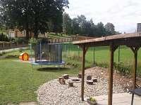 Pohled zahrada s dětským hřištěm
