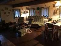 Společný pokoj s TV, krbovými kamny