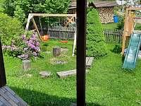 Zahrada, pohled z okna kuchyně - chata k pronájmu Jiřetín pod Bukovou