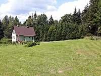 rozlehlý travnatý sečený pozemek