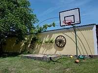 Basketbalový koš a pískoviště - Sviny
