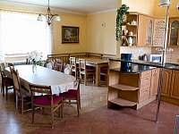 Kuchyně s jídelnou - pronájem chalupy Sviny
