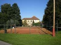tenisový kurt na návsi