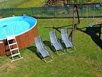 Bazén s lehátky - chalupa k pronajmutí Zlukov 124