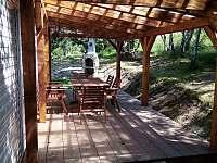 Příjemné posezení pod pergolou - chata ubytování Olšany u Studené