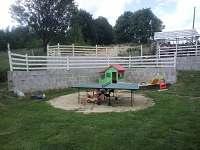 terasa s pískovištěm a pinpongovým stolem