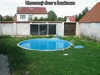 Uzavřený dvůr s bazénem