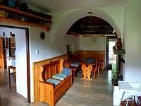 společenská místnost s krbem - chalupa k pronajmutí Kamenná Lhota