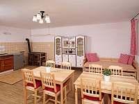Společenská místnost s kuchyní - chalupa ubytování Borotín