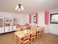 Společenská místnost s kuchyní - chalupa k pronajmutí Borotín